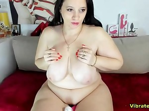 Fat babe pleasuring her hairy pussy live on webcam